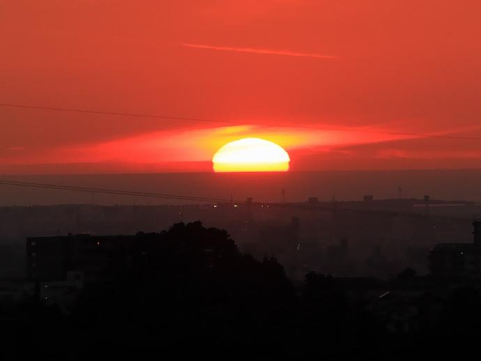 梅雨明けの日 大きく変形した夕日