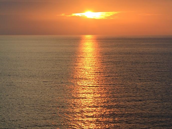 海に描かれたオレンジ色のライン(白山市の海岸にて)