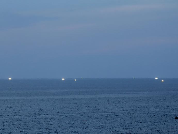 夕暮れの日本海と漁火