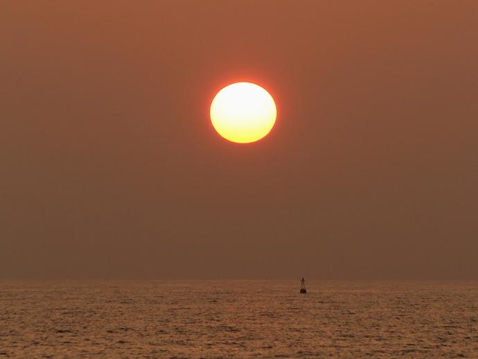 夏の真ん丸な夕日(白山市徳光海岸にて)