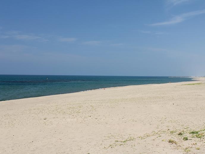 真っ青な空と真っ白な砂浜と(白山市にて)