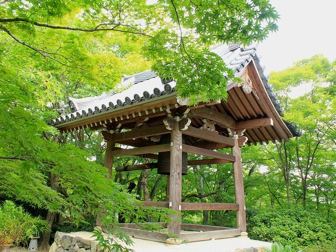 京都・常寂光寺の鐘楼 青葉のモミジとともに