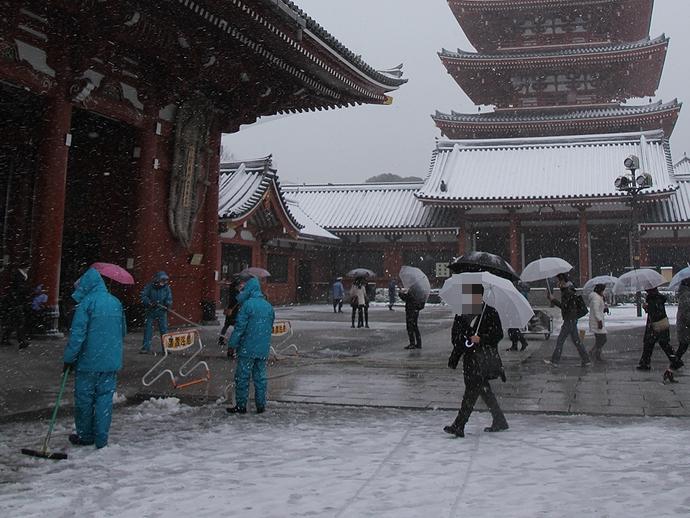 雪の浅草寺の様子
