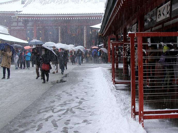 落雪が積もる 東京・浅草寺にて
