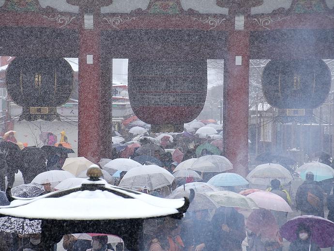雪降る中でも人多し 東京・浅草寺