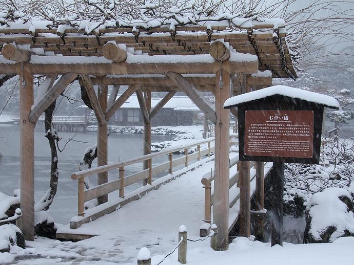 浜離宮のお伝い橋 雪が積もる