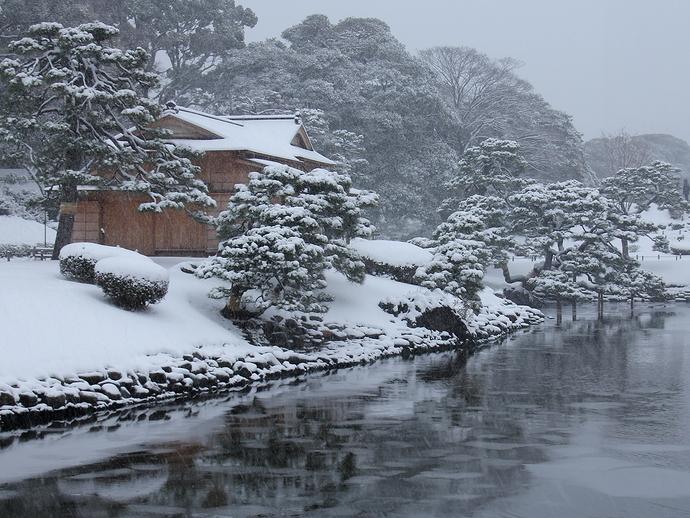 大雪の浜離宮恩賜庭園 潮入の池