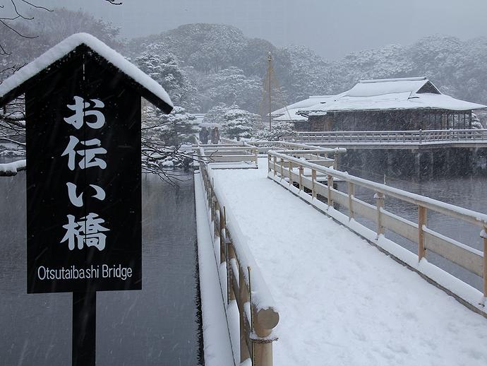 浜離宮 お伝い橋の雪景色