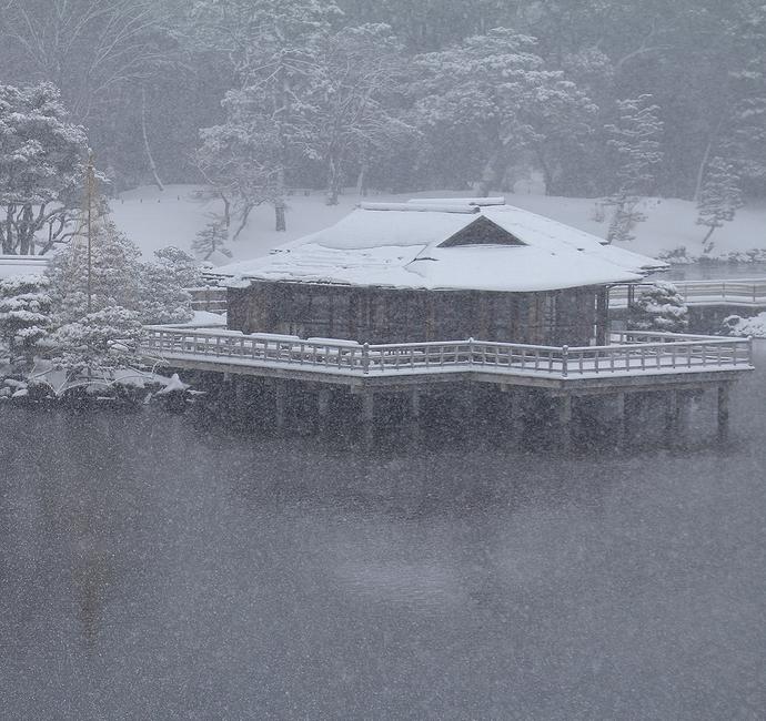 吹雪の浜離宮恩賜庭園 潮入の池と中島のお茶屋