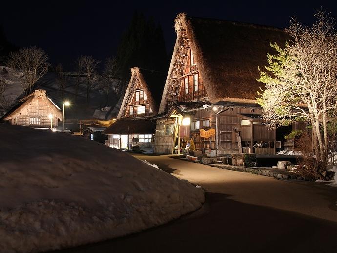 五箇山ライトアップ 弥生残雪の菅沼の夜