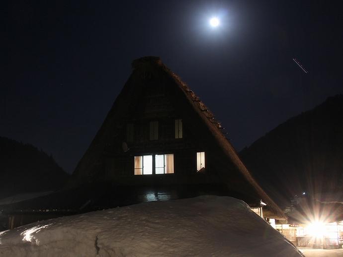 月光と飛行機の軌跡(菅沼合掌集落ライトアップ)