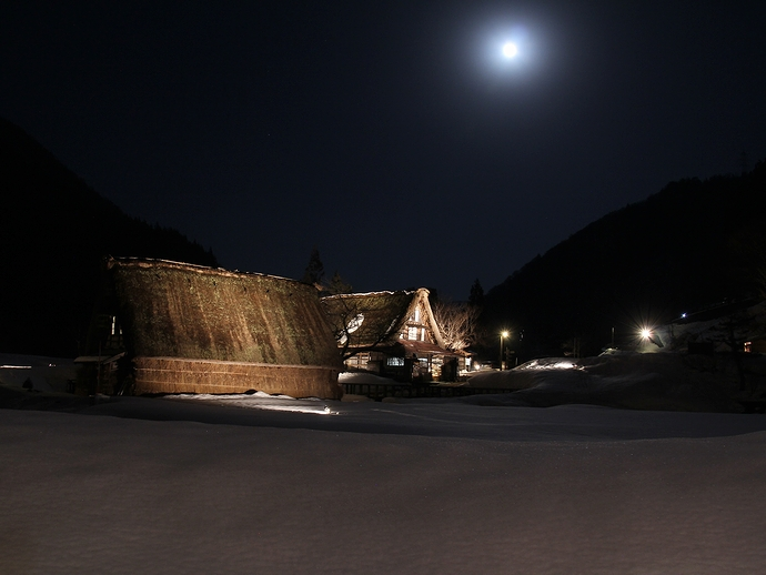 月光が照らす菅沼合掌集落