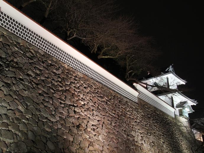 夜の石川門の石垣を見上げて(百間掘園地)