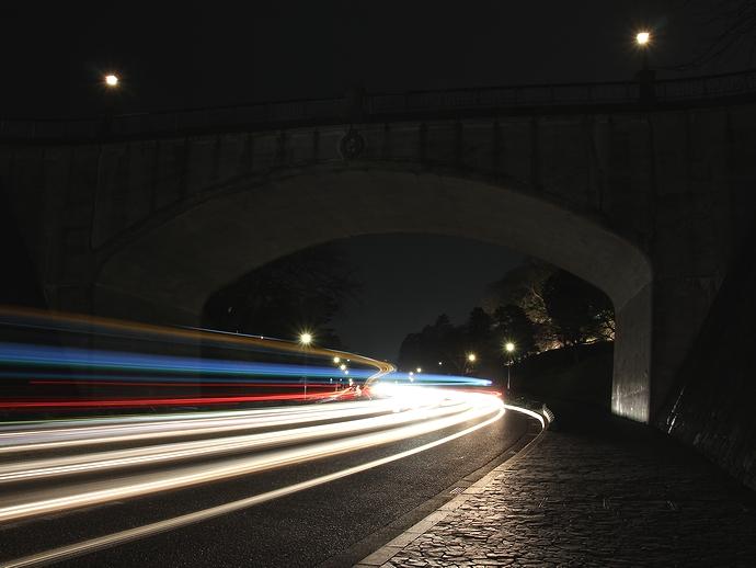 石川橋をくぐる光の軌跡