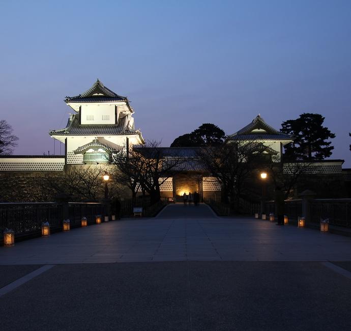 ブルーモーメントの金沢城石川門 春のライトアップ特別開催