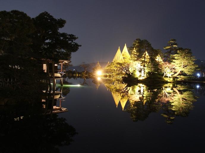兼六園の春のライトアップ 霞ヶ池と内橋亭