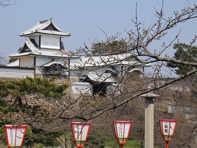 金沢城石川門と春のぼんぼり