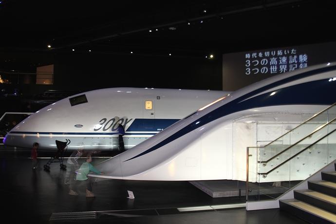955形新幹線「300X」とリニア車両「MLX01」