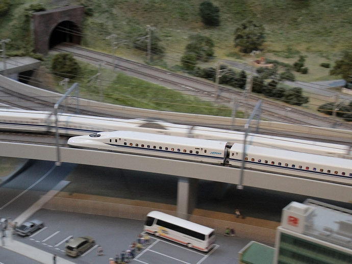 ジオラマを走る新幹線