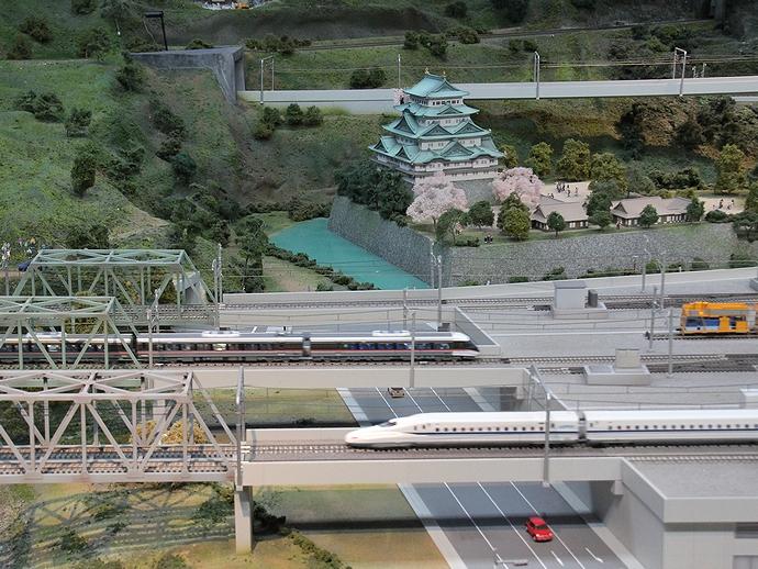 名古屋城をバックに行きかう電車たち
