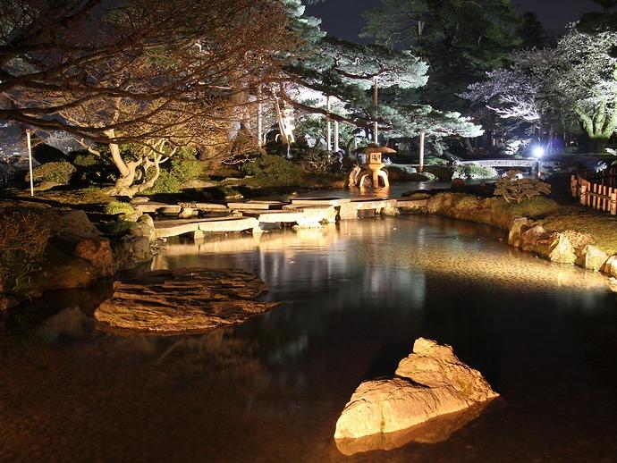 曲水と庭園のライトアップ(兼六園・観桜期)