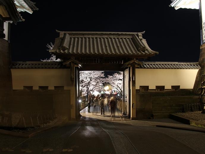石川門表門から兼六園方向を見る