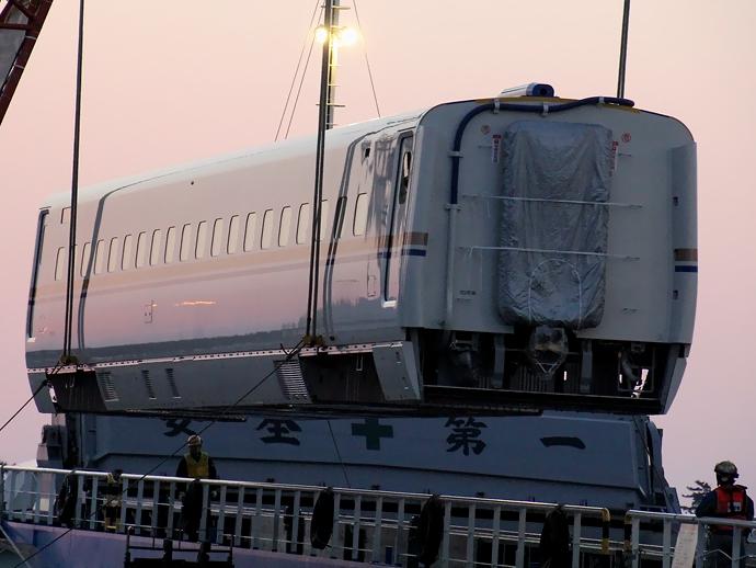 クレーンで陸揚げ中のW7系 金沢港にて