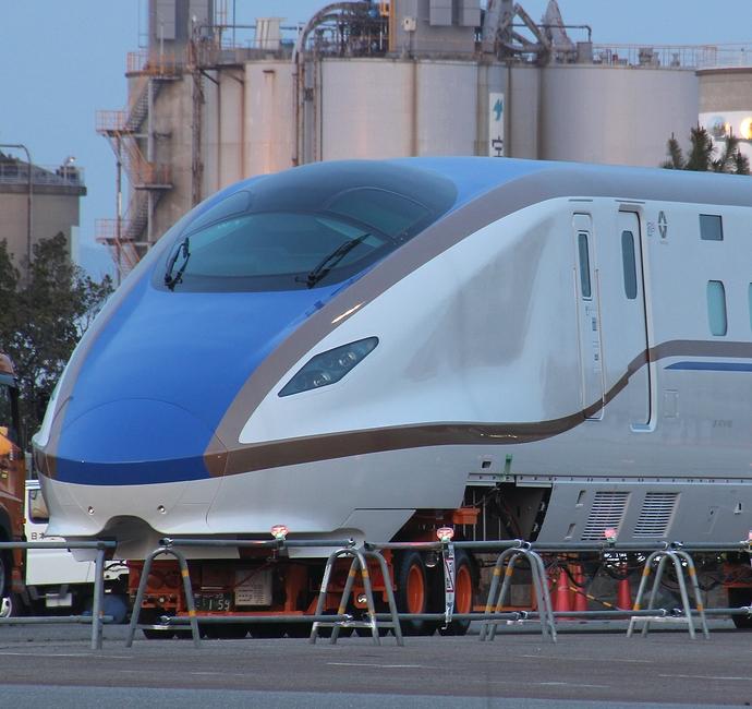 金沢港に上陸した北陸新幹線W7系