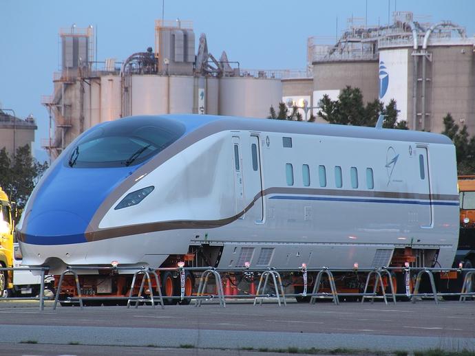 金沢港に陸揚げされたJR西日本W7系新幹線車両