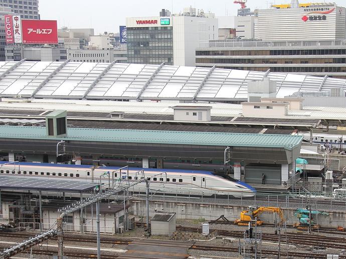 東京駅に停車中の北陸新幹線E7系「あさま」