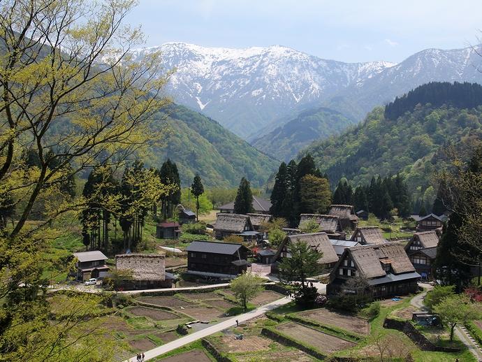 相倉合掌集落の展望スポットにて 残雪の人形山と合掌集落全景