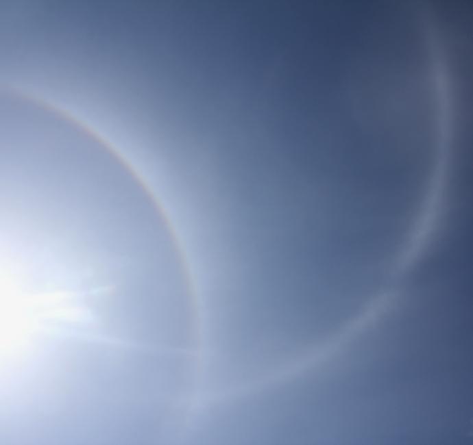 金沢の空に現れた幻日環(金沢駅にて)