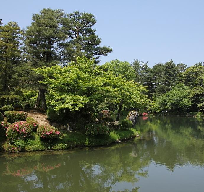 兼六園の霞ヶ池 サツキがそっと彩る