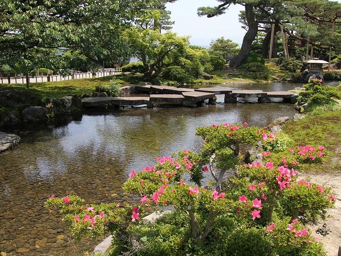 兼六園の曲水と「雁行橋」 サツキのピンクを添えて