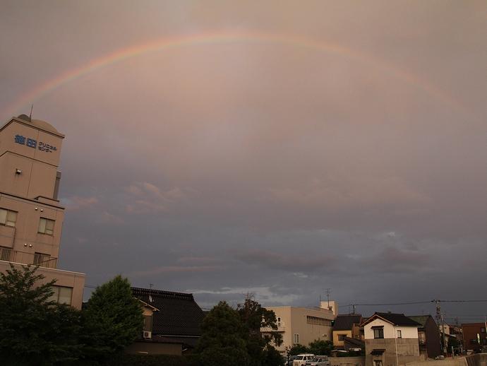灯篭流しの前に見られた大きな夕虹(浅野川にて)