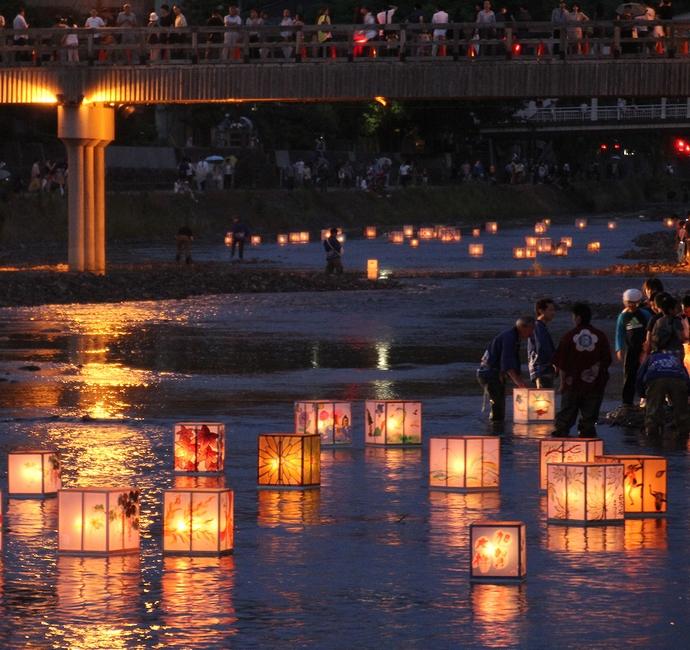 日が暮れて 灯篭流しが本格化(金沢市浅野川にて)