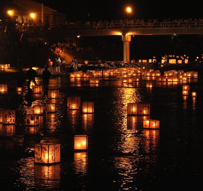 加賀友禅灯篭流し(金沢市東山界隈の浅野川にて)