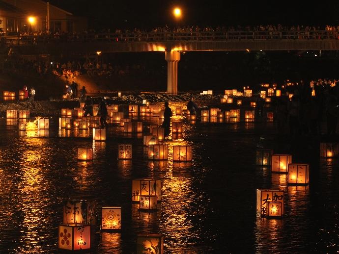 灯篭流しの見物客で埋まる梅の橋