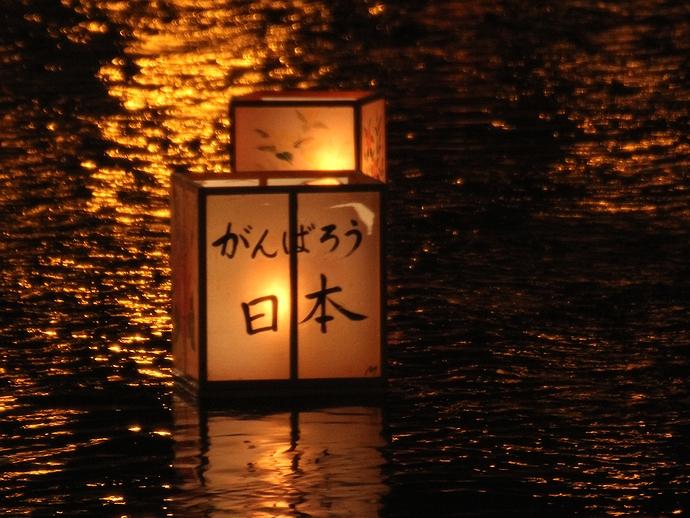 「がんばろう日本」応援メッセージの入った灯篭(金沢市浅野川にて)