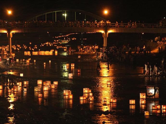 浅野川に架かる梅の橋と無数の灯篭