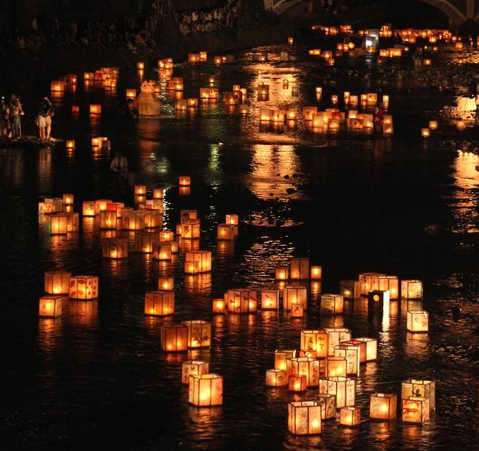 川面で輝く無数の灯篭(加賀友禅灯篭流し2014)20140606203403.jpg