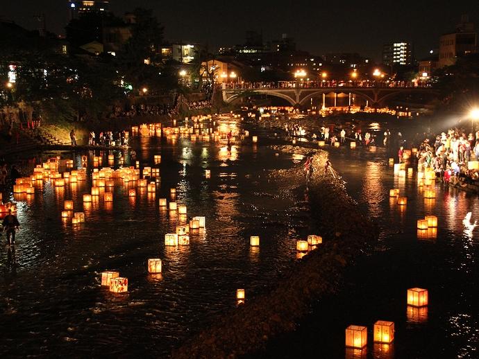 無数の灯篭と浅野川(梅の橋より浅野川大橋方面を眺める)