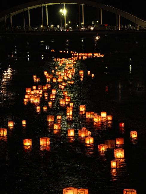 夜の浅野川を流れる灯篭(梅の橋より天神橋方面を眺める)