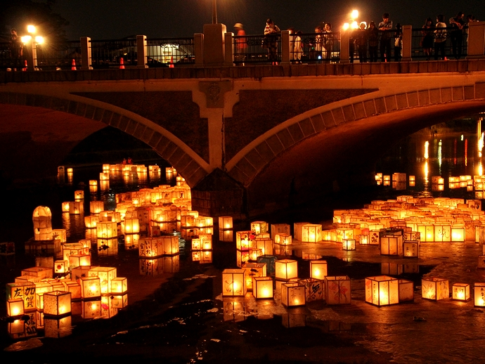 加賀友禅灯篭流し 終点の浅野川大橋