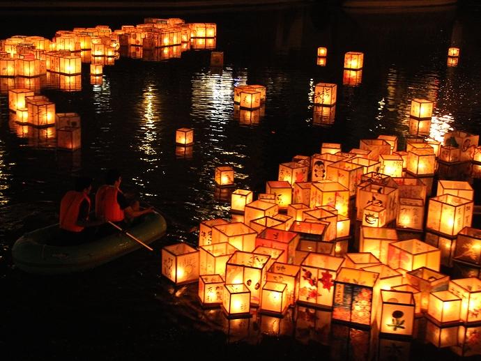 浅野川大橋に流れ着いた灯篭(加賀友禅灯篭流しにて)