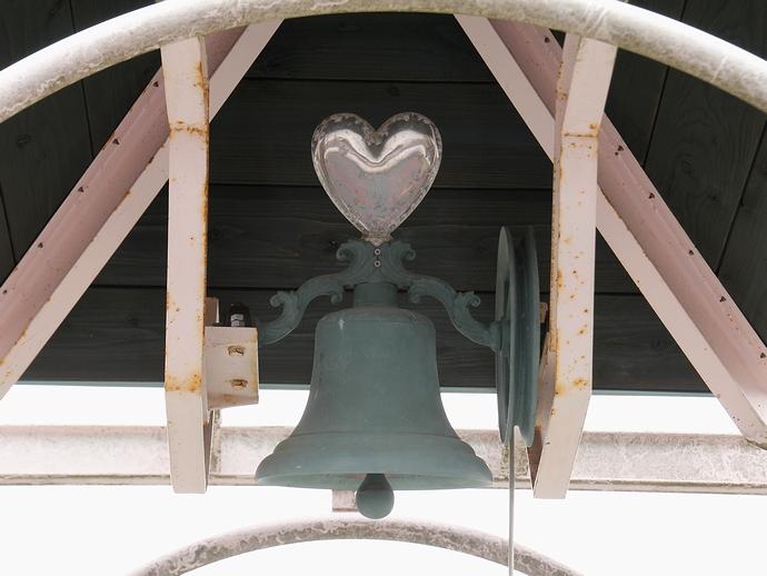 恋人たちが鳴らす鐘?(氷見あいやまガーデンにて)