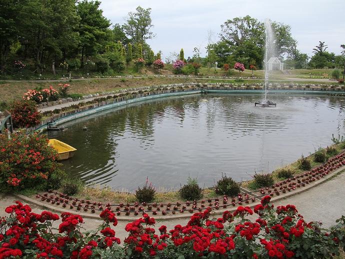 あいやまガーデンローズ園の池と噴水