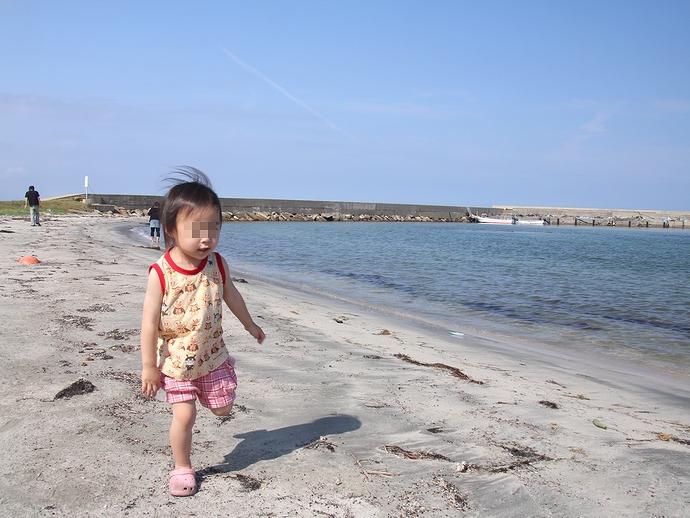 小さな砂浜を駆ける! 八ヶ崎海水浴場にて