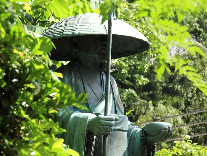 弘法池に佇む弘法大使の銅像