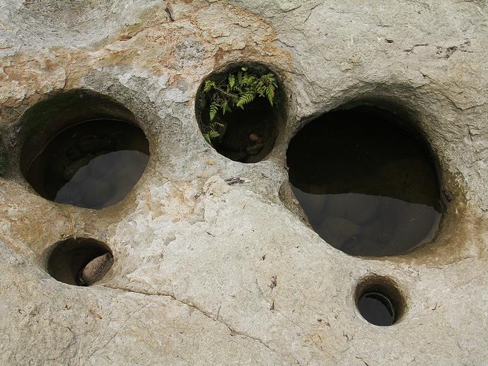犀川で見られる甌穴群(金沢市大桑)